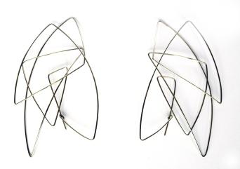 Parures d'oreilles ou broches, argent